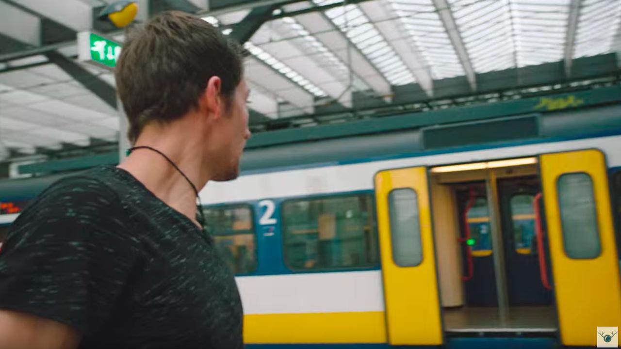 Freerunner Chase Armitage mist trein in Rotterdam