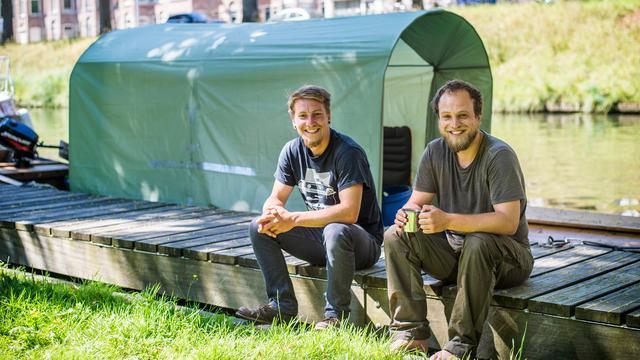 Zwitserse jongens varen met houten bootje naar Utrecht