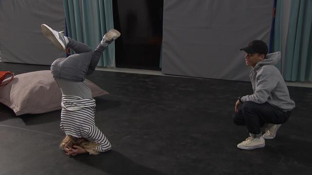 Wendy van Dijk krijgt breakdanceles van Superkids talent Justen Beer
