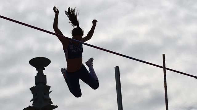 Polsstokhoogspringen op Vredenburgplein tijdens NK Atletiek