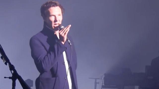 Benedict Cumberbatch treedt op met zanger Pink Floyd