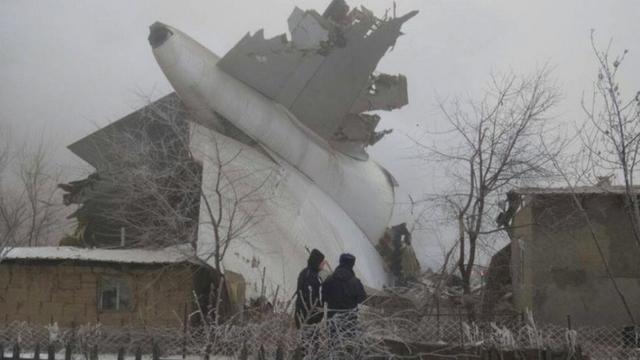 Eerste beelden vliegtuigcrash Kirgizië