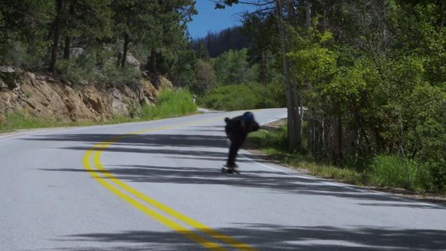 Skateboarder skate met 143 km/uur van berg af