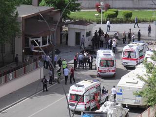 Auto vol explosieven opgeblazen voor politiebureau