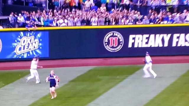 Fan rent veld op tijdens honkbalwedstrijd in Seattle
