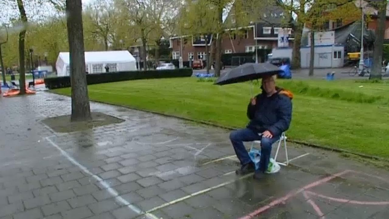 Man zit al vroeg klaar voor de vrijmarkt in Amsterdam