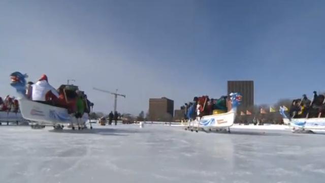 Voor het eest drakenbootrace op ijs in Noord-Amerika
