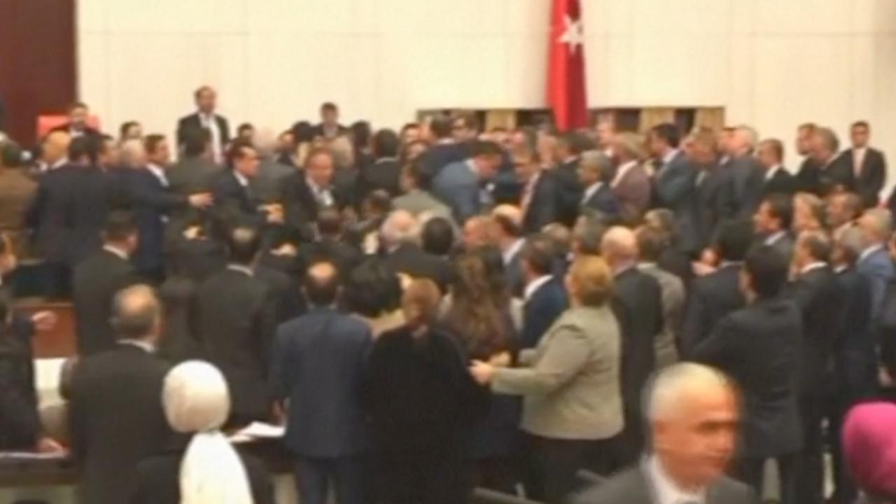 Vechtpartij in Turks parlement tijdens debat over macht Erdogan