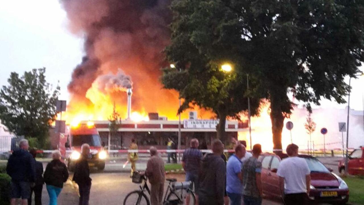 Supermarkt in Volendam gaat in vlammen op