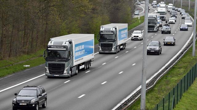 Supermarktketens willen trucks als treinen over de weg laten rijden