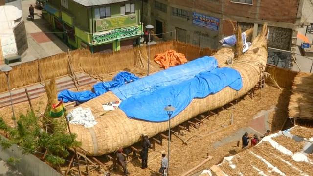 Bolivianen bouwen volledig rieten schip