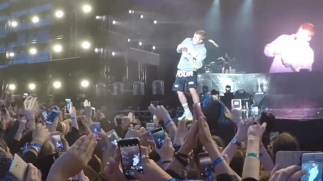 Achterklap in beeld: Justin Bieber ontwijkt flesje en Katy Perry wordt niet goed