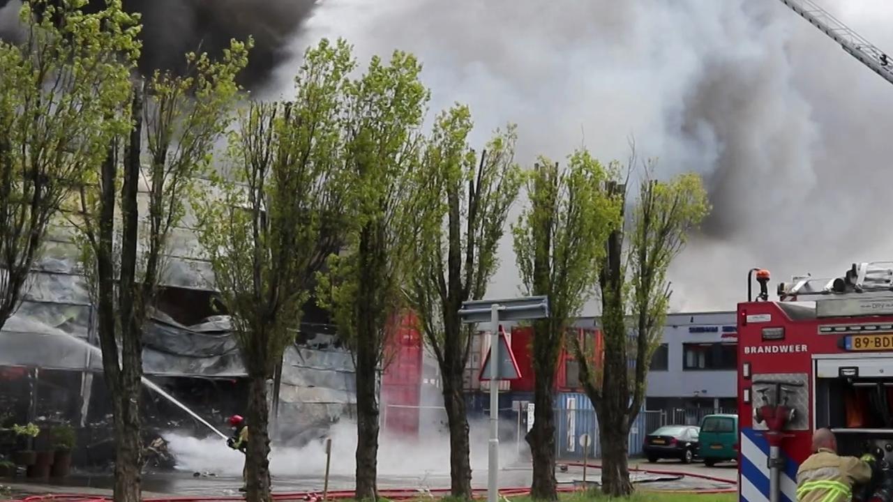 Brandweer met groot materieel uitgerukt voor zeer grote brand in Amsterdam