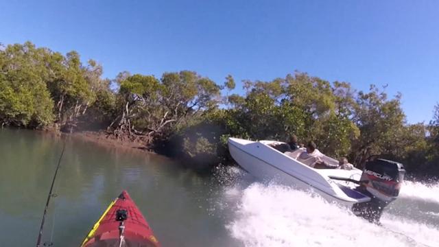 Speedboot vaart boom in langs Australisch meer