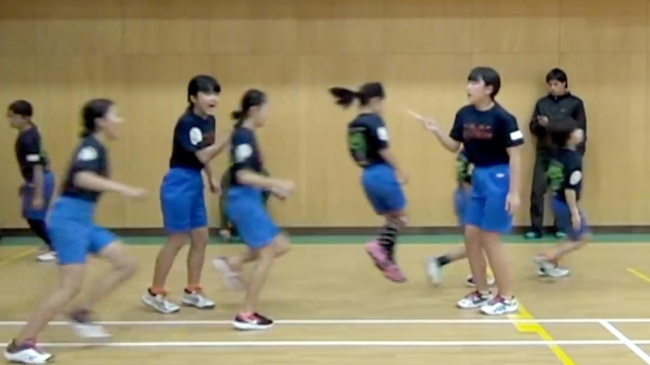 Japanse scholieren springen 225 keer in één minuut over een touw