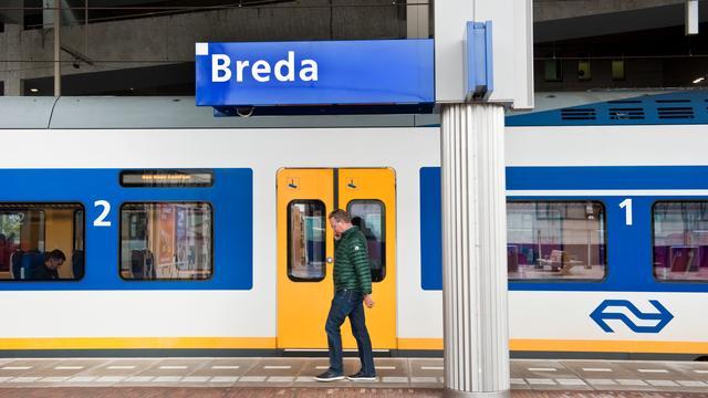 Drie mannen met elkaar op de vuist voor station Breda