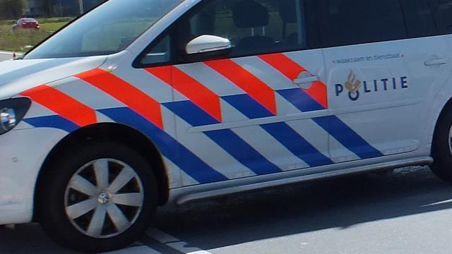 Man rijdt in op politieauto, vier gewonden