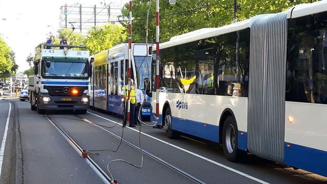 Bovenleiding stort op bus op Lodewijk van Deysselstraat
