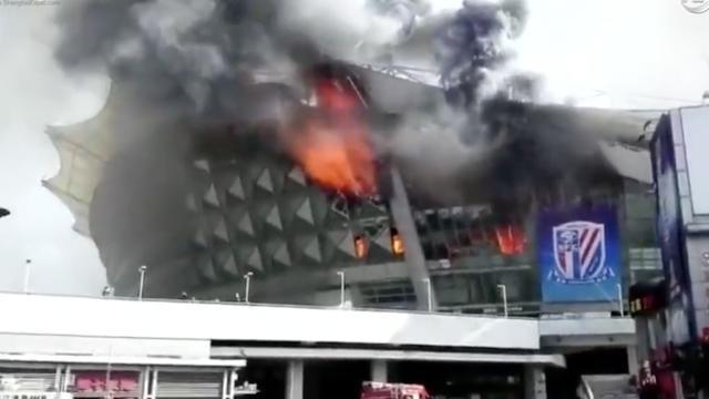 Veel schade bij grote brand voetbalstadion China