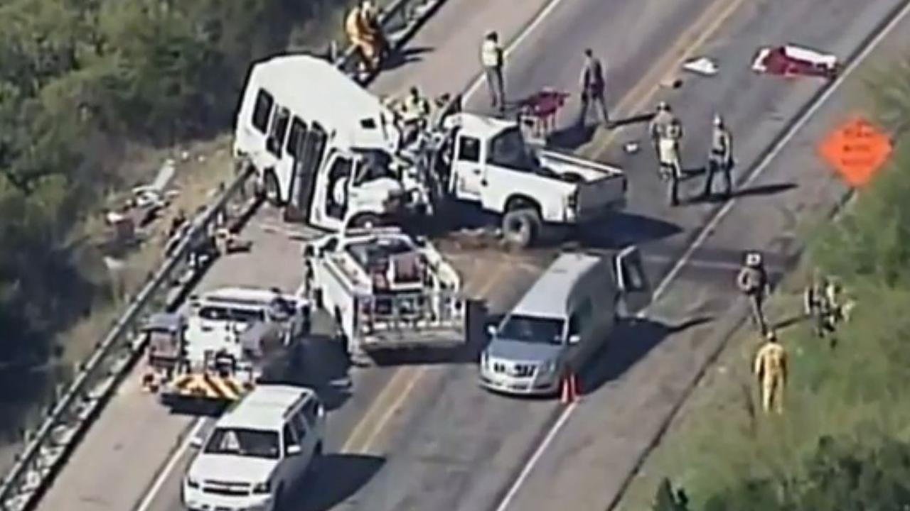 Beelden vanuit helikopter bij rampplek busongeluk in Texas