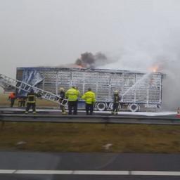 Vrachtwagen met kippen in brand op de A7