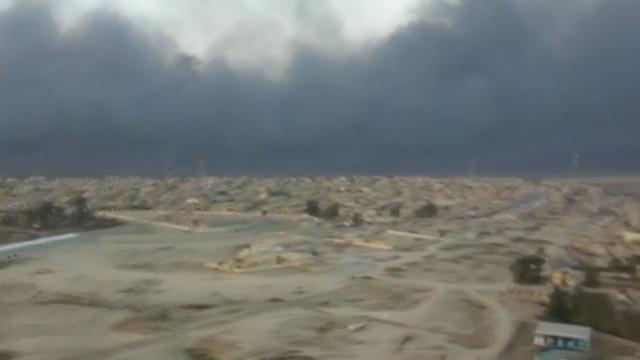 Dikke rookwolken nabij Mosul door brandende olievelden