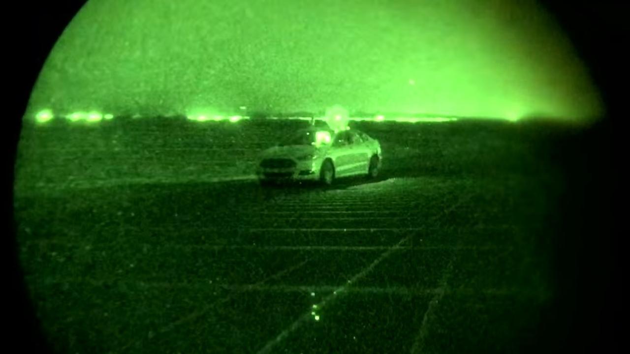 Ford rijdt met zelfrijdende auto door het donker
