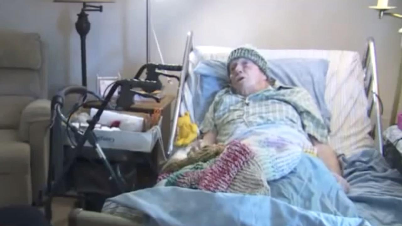 91-jarige man breit al 15 jaar lang mutsen voor daklozen