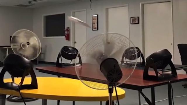 Papieren vliegtuigje zit in een oneindige lus door ventilatoren