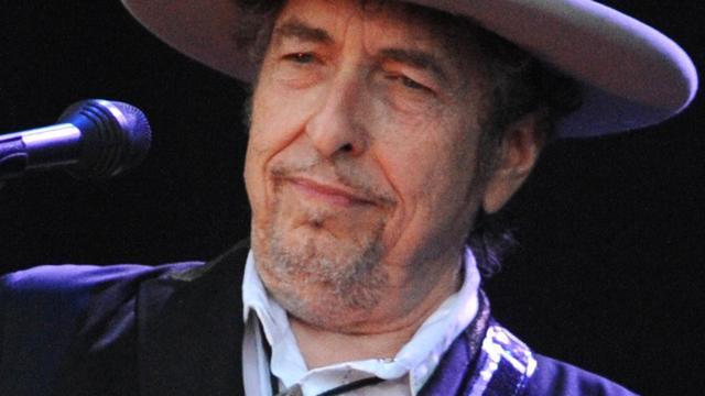 Bob Dylan haalt de Nobelprijs nu wel op