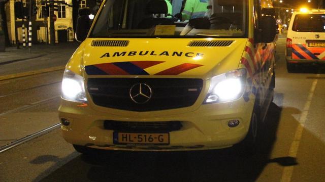Motorrijder zwaargewond na aanrijding op Waterlooplein