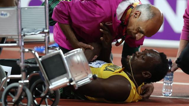 Usain Bolt geblesseerd naar de grond tijdens laatste meters loopbaan