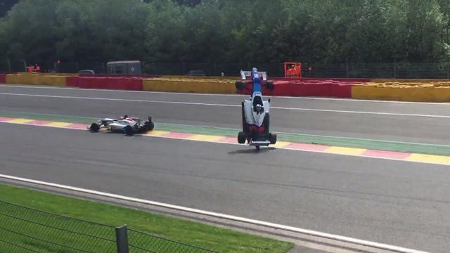 Autocoureur crasht op circuit Spa-Francorchamps