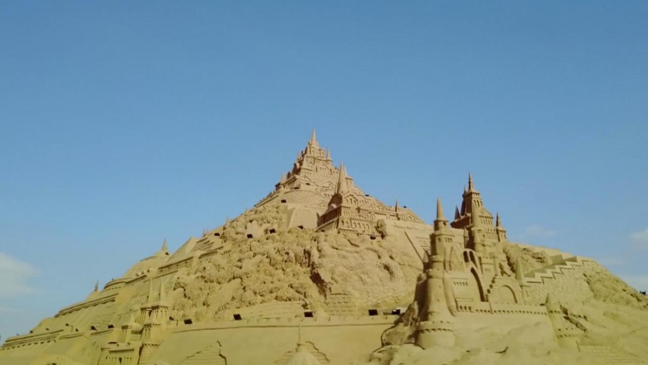 In Noordwest-China staat het grootste zandkasteel ter wereld