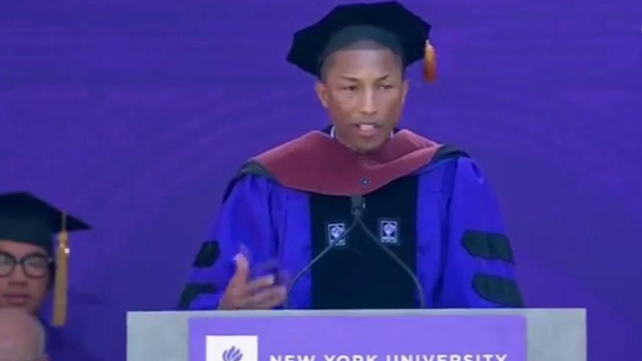 Pharrel speecht op universiteit New York na ontvangst eredoctoraat