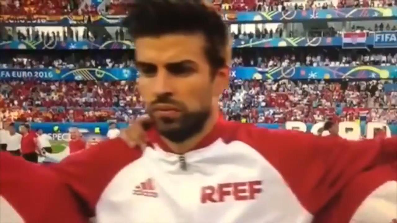 Piqué in opspraak na mogelijke middelvinger tijdens volkslied
