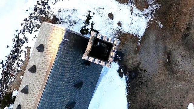 Vaardige bestuurder vliegt drone door schoorsteen