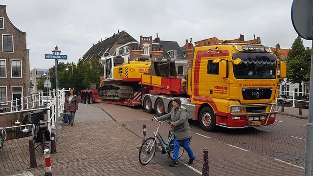 Dieplader rijdt zich vast op brug Oosterkerstraat