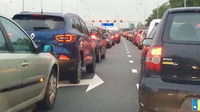 Deel A16 bij Dordrecht dicht door verloren lading slachtafval