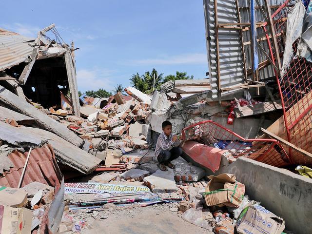 Meer dan negentig doden gemeld na zware aardbeving in Indonesië