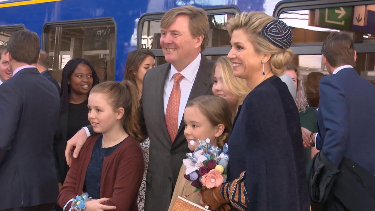 Koninklijke familie arriveert per trein in Tilburg