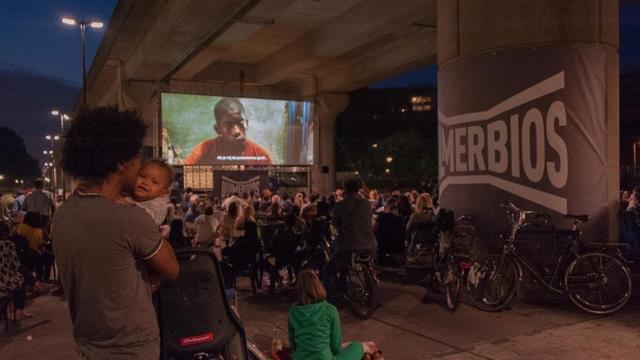 Films in de open lucht en plaatselijk bier tijdens Bijlmerbios