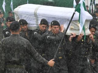 Kisten worden onthaald met militaire erewacht