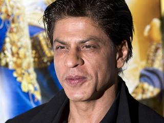 Fans proberen glimp op te vangen van hun grote held Shah Rukh Khan
