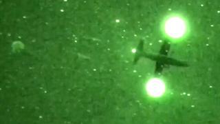 87 parachutisten van leger VS landen in bomen bij nachttraining