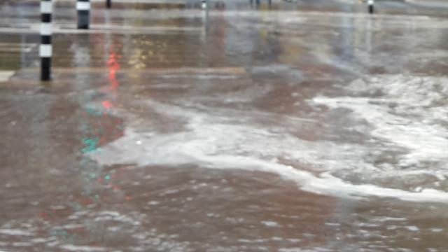 Gesprongen waterleiding zet straat in Groningen blank
