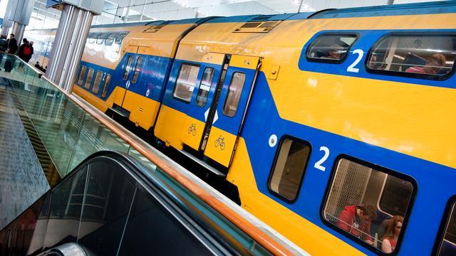 Man gooit steen door treinraam op station Deventer