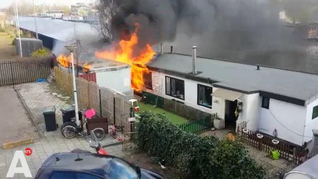 Felle brand op woonboot bij Overamstel