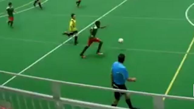 Voetballer scoort van eigen helft in Canadese jeugdcompetitie