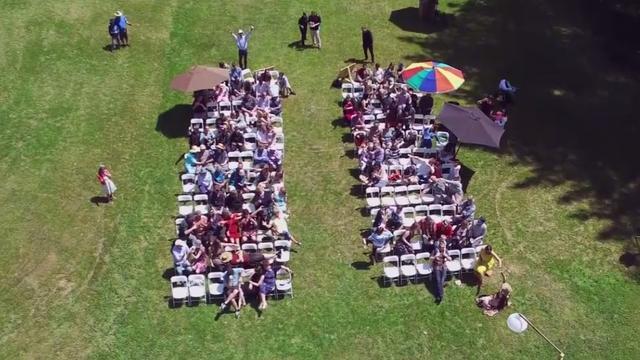 Drone filmt Mannequin Challenge met tientallen bruiloftgasten